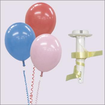 リボンバルブ風船に取り付けた拡大イメージ。 リボンバルブはヘリウム風船用バルブとリボンの一体型パ